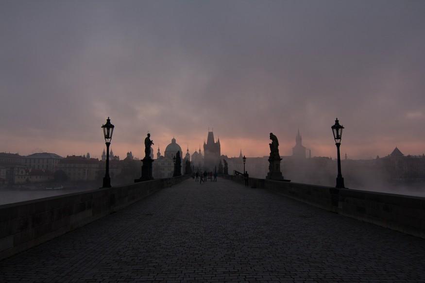 praga, niebla puente